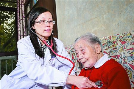 图为徐燕为作家罗洪义诊。