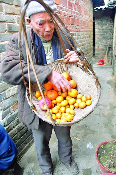 搞笑图片:20年不吃饭只吃水果的老人